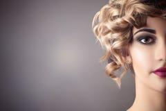 Härlig kvinnaframsidastående i retro stil med ljus makeup, halv framsida fotografering för bildbyråer