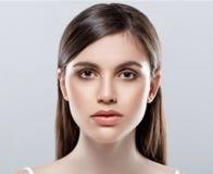 Härlig kvinnaframsidastudio på vit med sexiga kanter royaltyfria bilder