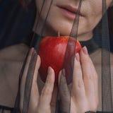 Härlig kvinnahäxa med det röda äpplet för gift royaltyfria bilder
