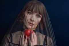 Härlig kvinnahäxa med det röda äpplet för gift royaltyfri fotografi