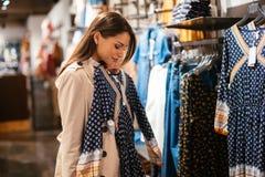 Härlig kvinnaköpandekläder royaltyfri bild