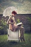 Härlig kvinnaläsning Royaltyfria Bilder