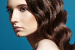 Härlig kvinnamodell för glamour med det nya sminket, romantisk krabb frisyr Lockigt hår, slät skinande stil horisontal arkivfoto