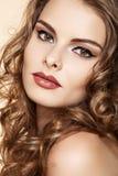 Härlig kvinnamodell med makeup, långt lockigt hår Arkivbild