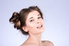 Härlig kvinnamodell med ny daglig makeup och den gulliga krabba frisyren Fashion den blanka highlighteren på hud, sexigt glanskan Arkivfoton