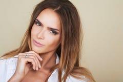 Härlig kvinnamodell med ny daglig makeup och romantisk blick Royaltyfri Fotografi