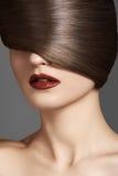 Härlig kvinnamodell med skinande rak lång ljus makeup för hår och för mode Arkivbild