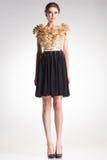 Härlig kvinnamodell som poserar i elegant klänning Arkivbild