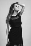 Härlig kvinnamodell som poserar i elegant klänning i studion arkivfoton