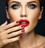 Härlig kvinnamodelldam med ny daglig makeup Arkivfoton