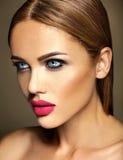 Härlig kvinnamodelldam med ny daglig makeup Fotografering för Bildbyråer