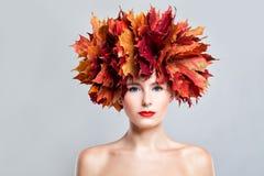 Härlig kvinnamodemodell med ljusa Autumn Leaves Höst Arkivbild