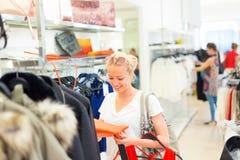 Härlig kvinnashopping i bekläda lager Royaltyfri Foto