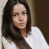 Härlig kvinnastående av den tonåriga flickan utomhus. Closeup arkivfoto