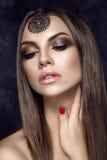 Härlig kvinnastående i östlig stil med smycken Royaltyfri Fotografi