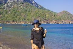 Härlig kvinnastående i Antalya, Turkiet arkivbild