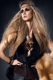 Härlig kvinnastående i lös stil med päls- och läderkläder Arkivbild