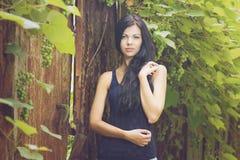 Härlig kvinnastående i trädgård Arkivbilder