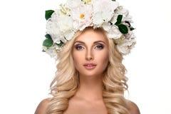 Härlig kvinnastående med blommor på huvudet Arkivfoton