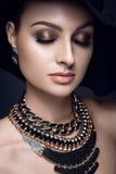Härlig kvinnastående med hatten och smycken Arkivfoton
