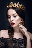 Härlig kvinnastående med kronan och örhängen Arkivbilder