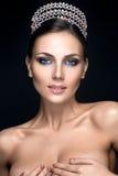 Härlig kvinnastående med kronan på huvudet Arkivbilder