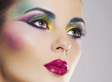 Härlig kvinnastående med ljus färgglad makeup Royaltyfria Bilder