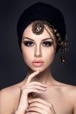 Härlig kvinnastående med sjaletten på huvudet Royaltyfria Foton