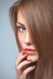 Härlig kvinnastående med sunt hår royaltyfri fotografi