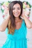 Härlig kvinnastående på blom- bakgrund royaltyfria bilder