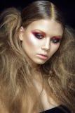 Härlig kvinnastående på svart bakgrund med glamoursmink Fotografering för Bildbyråer