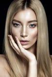 Härlig kvinnastående på svart bakgrund med näckt smink Royaltyfria Bilder