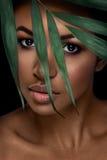 Härlig kvinnastående på svart bakgrund Ung afro flicka som poserar med gräsplansidor och stängda ögon Ursnyggt smink Arkivbild
