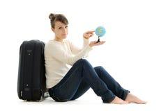 Härlig kvinnaturist med resväskan och jordklotet Arkivfoton