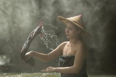 Härlig kvinnatvagning i The Creek Arkivbilder