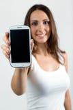 Härlig kvinnavisningmobiltelefon Isolerat på vit arkivbilder