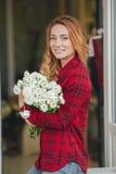 Härlig kvinnlig blomsterhandlare i blomsterhandel royaltyfri bild