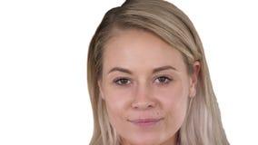 Härlig kvinnlig blond kvinna för perfekt naturlig kantmakeup på vit bakgrund stock video