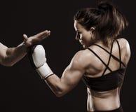 Härlig kvinnlig boxare. Royaltyfri Bild