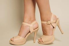 Härlig kvinnlig fot i bruna sandaler med höga häl Royaltyfria Bilder