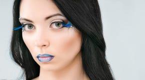 Härlig kvinnlig framsida med blåttmodesmink Arkivfoto