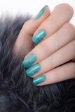 Härlig kvinnlig hand med blå manikyr Royaltyfria Bilder