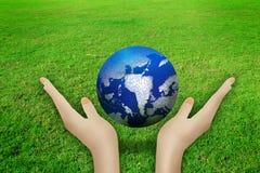 Härlig kvinnlig hand som rymmer jorden Arkivbild