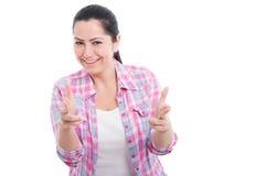 Härlig kvinnlig med den lyckliga framsidan som pekar till dig Arkivbilder