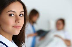 Härlig kvinnlig medicindoktor som in camera ser royaltyfri foto