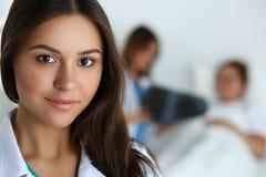 Härlig kvinnlig medicindoktor som in camera ser arkivfoto
