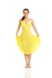 Härlig kvinnlig modell i gul klänning Arkivbild
