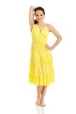 Härlig kvinnlig modell i gul klänning Arkivfoto