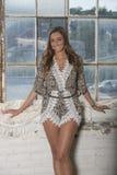 Härlig kvinnlig modell i studio - mode arkivfoto