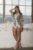 Härlig kvinnlig modell i studio - mode arkivfoton